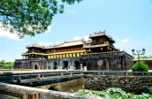 Crowds flock to ancient Hue imperial city